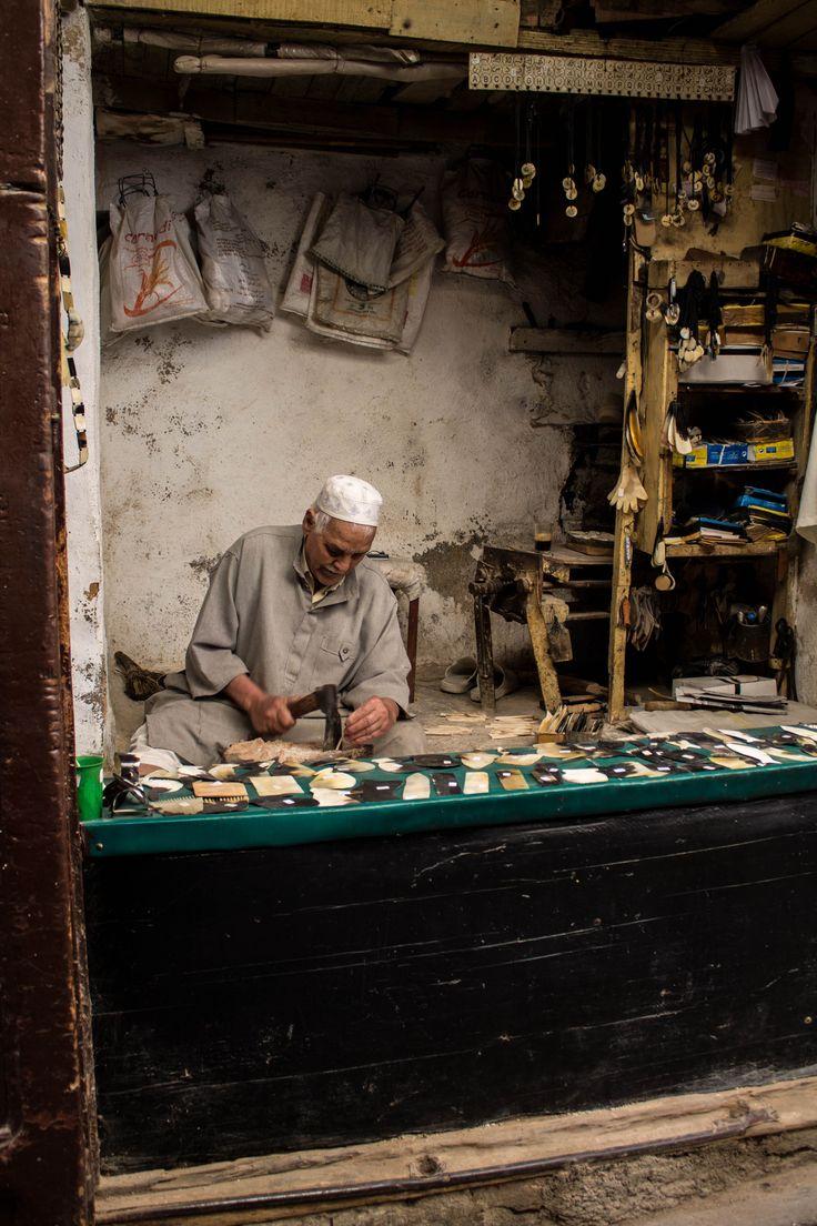 Artigiano che creava pettini con ossa animali