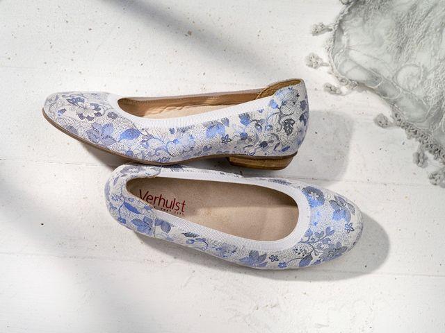 SHIRLEY INSTAP 4108 Sportieve en elegante instapschoen voor de sportieve modieuze vrouw. Optimaal comfort en geschikt voor eigen inlegzolen. Lederen binnenwerk. Leverbaar in: zwart, rood, donkerblauw, jeans blauw, goud (broken), zilver (broken), blauw (broken), rood (broken), zilver (bloem), blauw (bloem) en zwart (bloem). Hakhoogte: 2 cm Maten: 3½-9 Wijdte: G en H