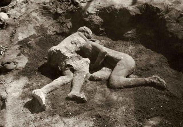 Símbolo do amor humano, corpos abraçados de Pompeia pertenciam a 2 homens