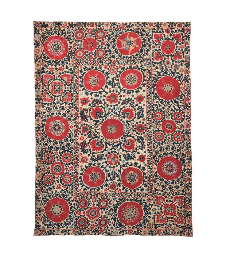MOSHE TABIBNIA . Collezione . Tappeti, arazzi e tessuti d'alta epoca   Suzani Shakhrisyabz  Uzbekistan settentrionale 1800 circa Ricamo in seta e cotone 271 x 201 cm Inv. n.: 150214