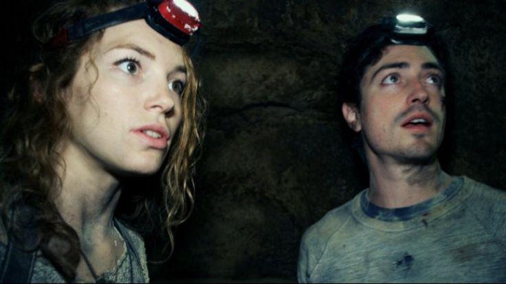 As Above/So Below - Een groep jonge ontdekkingsreizigers bezoeken de catacomben onder de straten van Parijs. Hier liggen kilometers aan gangenstelsels...