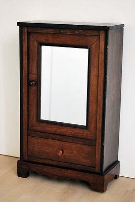 ancienne armoire de poup e en bois la face avant est une porte avec un miroir et en dessous un. Black Bedroom Furniture Sets. Home Design Ideas