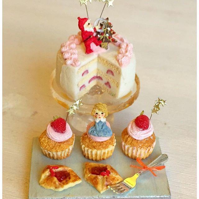 """""""星屑のクリスマス""""という作品をつくりました(^^)今度の女の子は金髪の癖っ毛さんです。木こりサンタさんは糸鋸を。minneに出しています(^^) #ミニチュアフード#ミニチュア#ドールハウス#ハンドメイド#樹脂粘土#粘土#食品サンプル#カップケーキ#クリスマスケーキ#クリスマス#miniaturefood #miniature#dollhouse #handmade#cupcakes #polymerclay #clay #クレイ"""