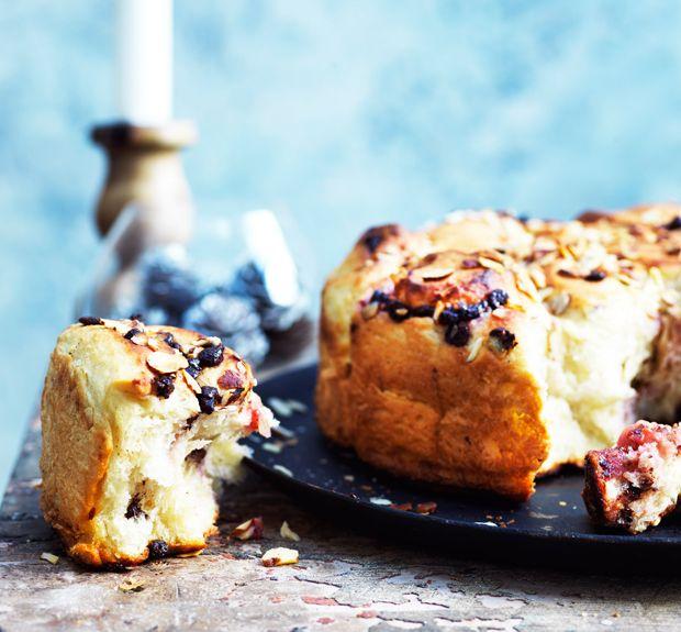 Verdens nemmeste brydebrød, der er blødt og fyldt med dejlig smag af chokolade, hindbær og hasselnødder. (Recipe in Danish).