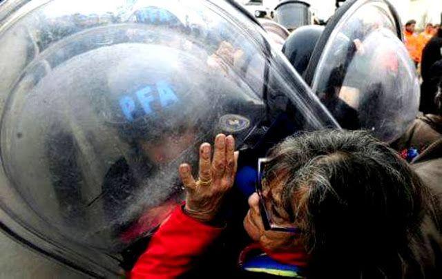 GOBIERNO REPRIME MANIFESTACION DE JUBILADOS: MUERE UNA MUJER    Falleció una mujer durante una protesta contra el Gobierno en el Puente Pueyrredón La militante de izquierda de 45 años se descompuso durante la movilización que llevaron a cabo organizaciones sociales y políticas en reclamo por el aumento de tarifas y en pedido de trabajo genuino. Fue trasladada por los manifestantes al Argerich donde finalmente murió. Esta mañana jubilados y piqueteros cortaron el Puente Pueyrredón para…
