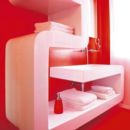 une salle de bains rouge du sol au plafond avec meuble salle de bains blanc dans - Salle De Bain Rouge Et Blanc