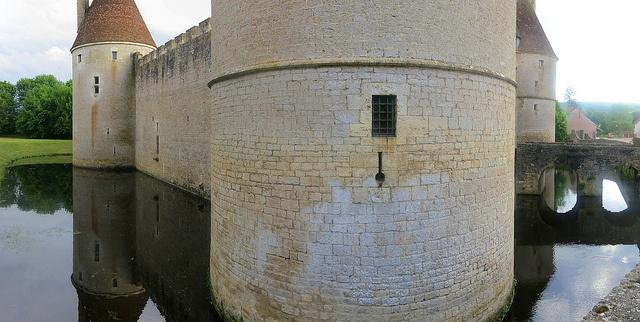 Posanges n'est qu'à quelques encablures de Vitteaux, sur la route qui conduit à Alésia, Flavigny et Montbard, le village peut s'enorgueillir d'avoir comme écrin, un magnifique château construit au XVème siècle (entre 1440 et 1445) pour Guillaume du Bois, premier maître d'hôtel et conseiller du duc de Bourgogne Philippe Le Bon.  Ce château d'architecture défensive aux quatre tours rondes, possède encore son pont-levis, car il est entouré de douves.  Cette demeure privée ne se visite pas.