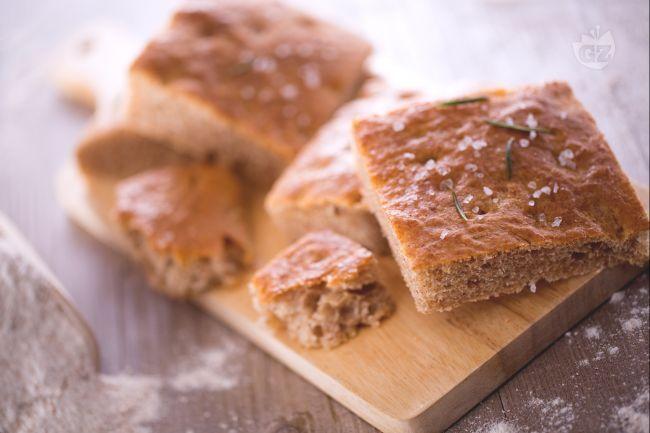 La focaccia integrale è un impasto simile a quello del pane molto più idratato: una volta cotta risulterà soffice e fragrante, una merenda perfetta!
