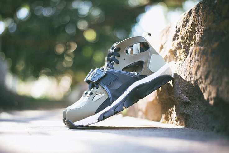 """Picture of Nike Air Trainer Huarache """"Medium Olive"""""""