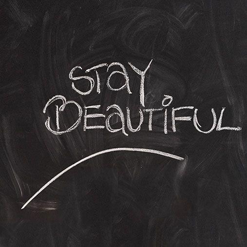 Har du brug for noget nyt i dit soveværelse kan du f.eks. male en væg med tavlemaling - så kan du nemt med kridt skrive et sjovt budskab, et hyggeligt citat eller lade dine børn tegne lige, hvad de har lyst til. #inspirationdk #styling #PiaKrøyer #interiør #indretning