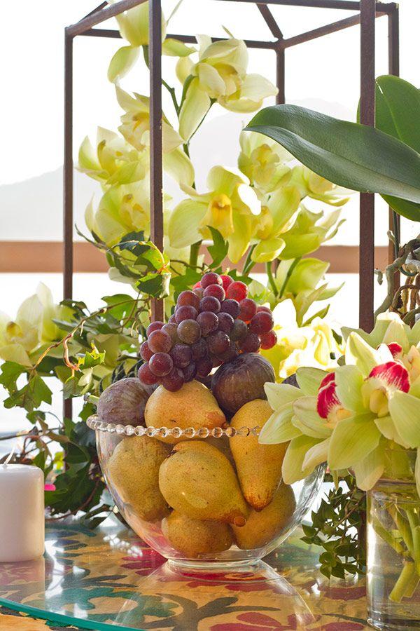 Casamento na praia com decoração moderna com toques boho - arranjo central de flores e frutas - orquídeas ( Decoração: Flor e Forma )