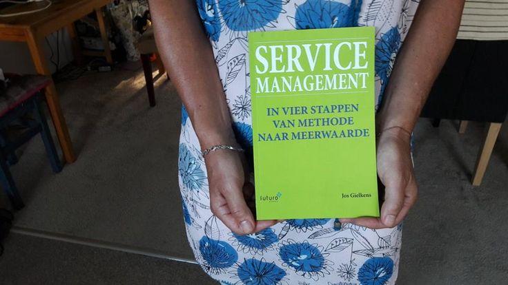 Gistermiddag hebben we bij de drukker het eerste exemplaar opgehaald van 'Service Management' van Jos Gielkens. En vanochtend ook al een foto ontvangen van een lezeres met Jos' boek. Zo zien we het graag. -) #servicemanagement #josgielkens #futurouitgevers