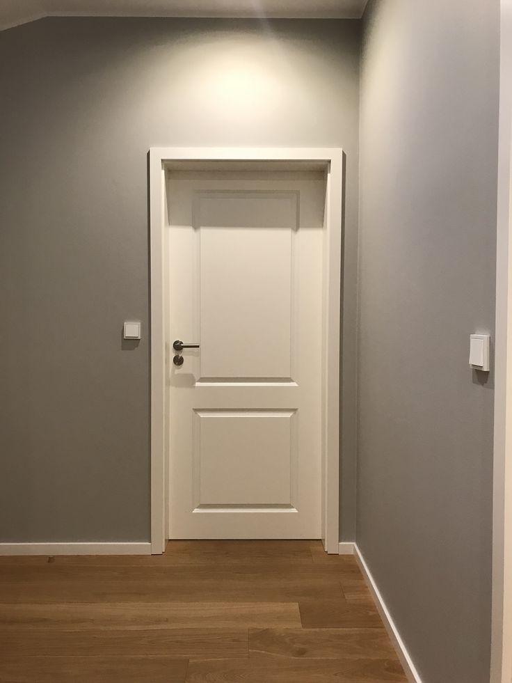 Handgemachte Innentüre weiß lackiert.