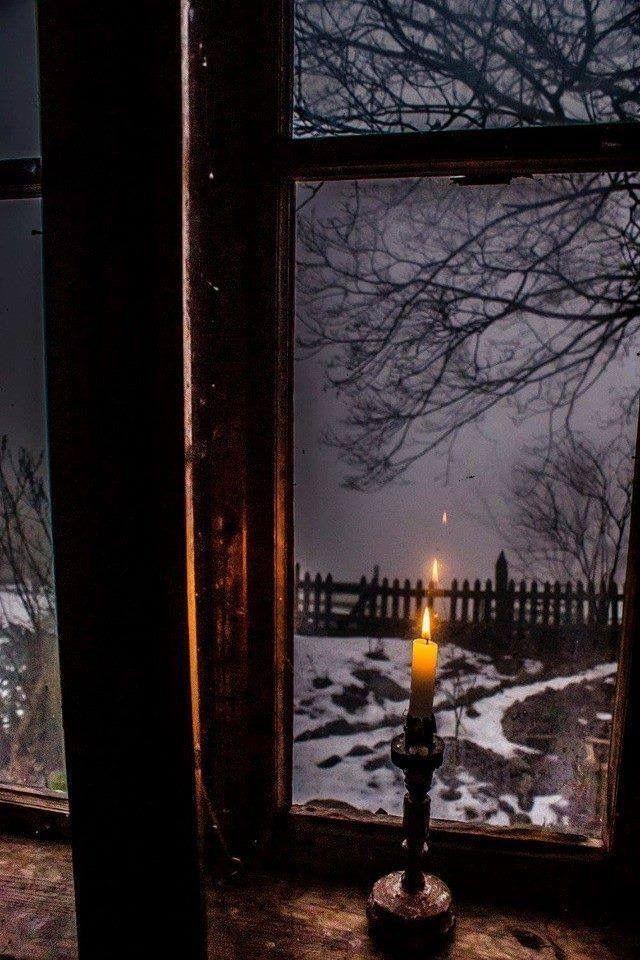 Kerze vor einem Fenster, nebeliger Tag, Winter. # … – #Candle #Day #Foggy #front #rain