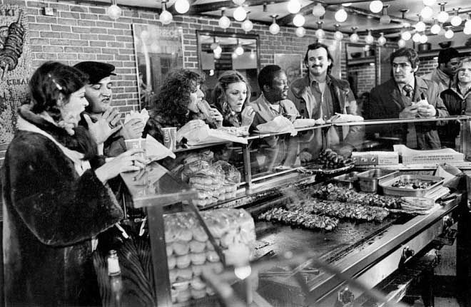 Gilda Radner John Belushi Laraine Newman Jane Curtin Garrett Morris and Bill Murray eating souvlaki | Rare and beautiful celebrity photos