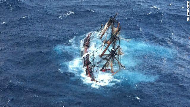 Een pijnlijk zicht voor een liefhebber van klassieke scheepsvaart als ik. De HMS bounty zonk zo'n 90 mijl van de kust vanwege orkaan Sandy. Hoe tragisch het ook mag zijn, het heeft ook een afbeelding vol contrasten opgeleverd namelijk als eerst en voornaamst: vormcontrast, de organische plooingen en bewegingen van de zee tegen de geometrische vormen van de Bounty. Verder is er een kleurquantiteits (de plaat is overwegend blauw) en kwaliteits contrast (het donkere tegenover het lichtere…
