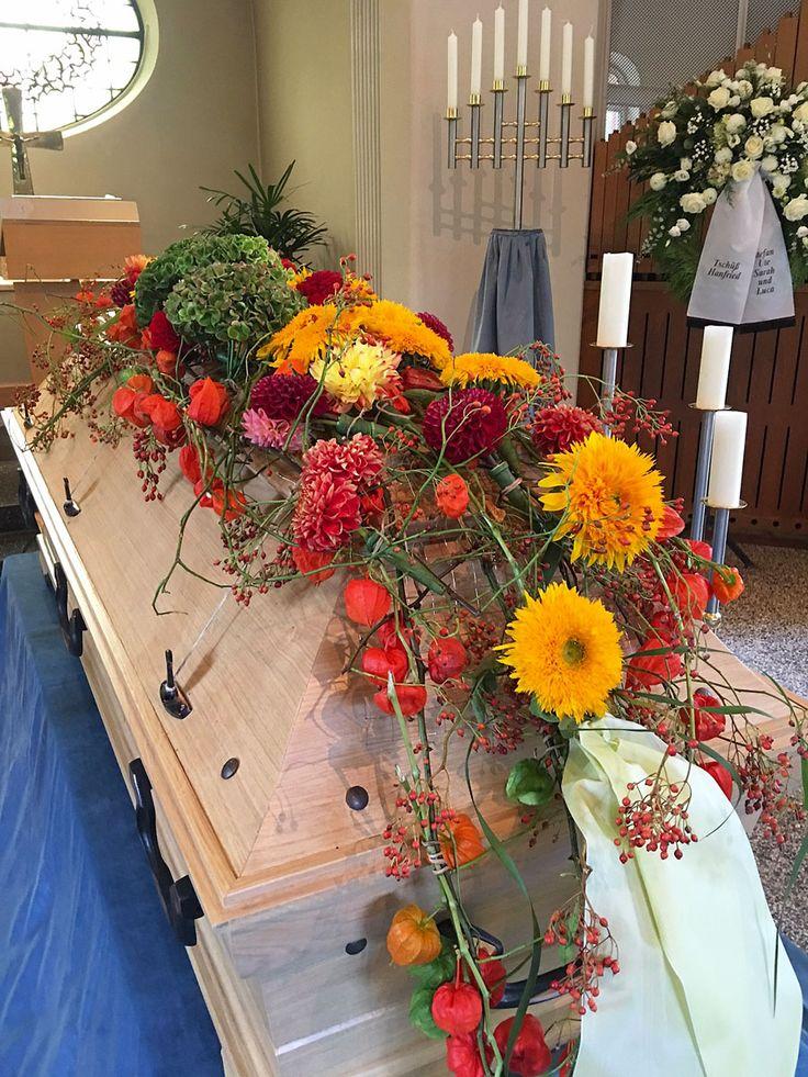 #Sargschmuck, florale #Sargdecke mit Sonnenblumen und Physalis
