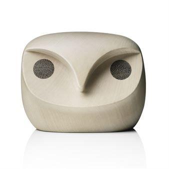 Den härliga Howdy Owl träfigur från danska Menu är en vacker dekoration designad av Andreas Engesvik och designerteamet Stokke-Austad. Howdy Owl är inspirerad av den mystik, visdom och magi som brukar associeras med ugglor och med denna vakande uggla på hyllan behöver du aldrig känna dig ensam. Unna dig själv en elegant träfigur eller köp den som en present till någon du tycker om. Välj mellan olika storlekar!