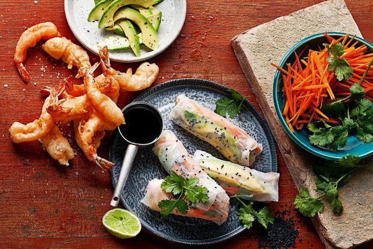 Deze prachtige lente rolletjes van rijstvellen zijn perfect als lichte snack of lunch. Vul ze met verse kruiden, sla en knapperige groenten.
