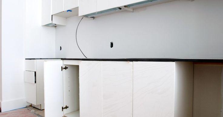 Faça você mesmo um gabinete de costura. Não importa se você costura profissionalmente ou por hobby, construir um gabinete lhe ajudará a se organizar e lhe dará um local para trabalhar. Você pode criá-lo do tamanho que quiser. Todos os gabinetes devem ter uma superfície ampla no topo para colocação da máquina, tendo espaço suficiente para guardá-la.