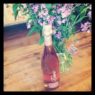 pink champagne and flowers via KastlesPink Champagne