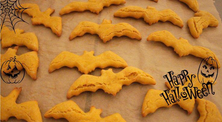 Damit die Hunde an Halloween nicht zu kurz kommen, hier unser Rezept für selbstgebackene Halloween-Hundekekse mit Kürbis und Hähnchen.
