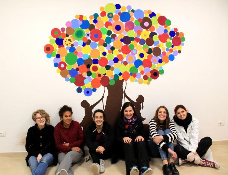 Alcune studentesse con la prof., al termine del murales, Liceo artistico Stagio Stagi Pietrasanta