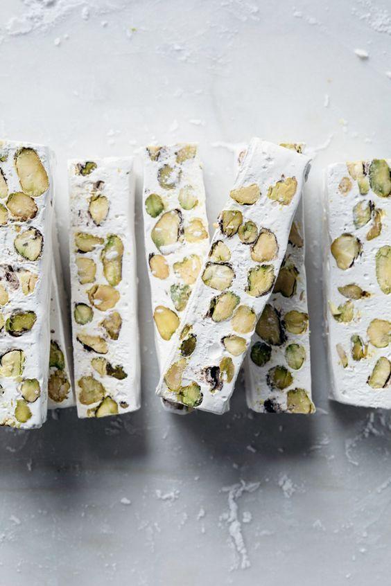 Recept: Pistache nougat. Als dat geen lekkere snack is! // via Cannelle et Vanille