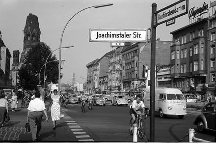 Berlin: Kurfürstendamm, Ecke Joachimstaler Straße mit Schild  (1957)