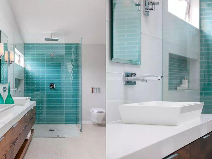 Bagno sereno ed elegante con la parete della doccia rivestita in piastrelle blu turchese