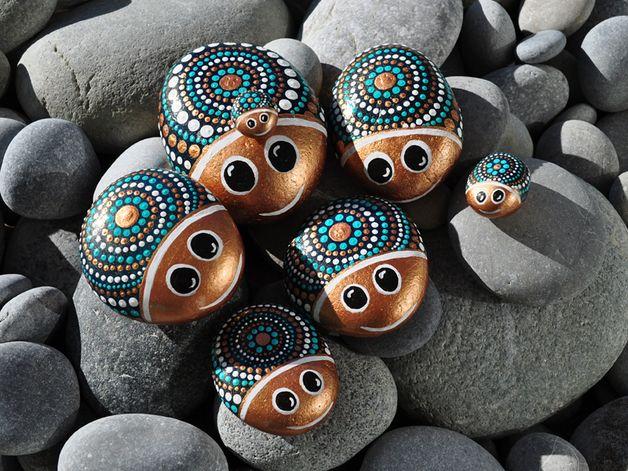 Eine Käfer-Kleinfamilie in den Farbtönen *bronze/weiß/türkis* mit Kulleraugen…