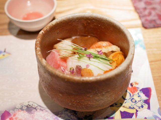 魚介たっぷりの海鮮丼!かと思いきや、実はこれ下はごはんじゃなくってうどんなんです。 完全に騙されますよねw