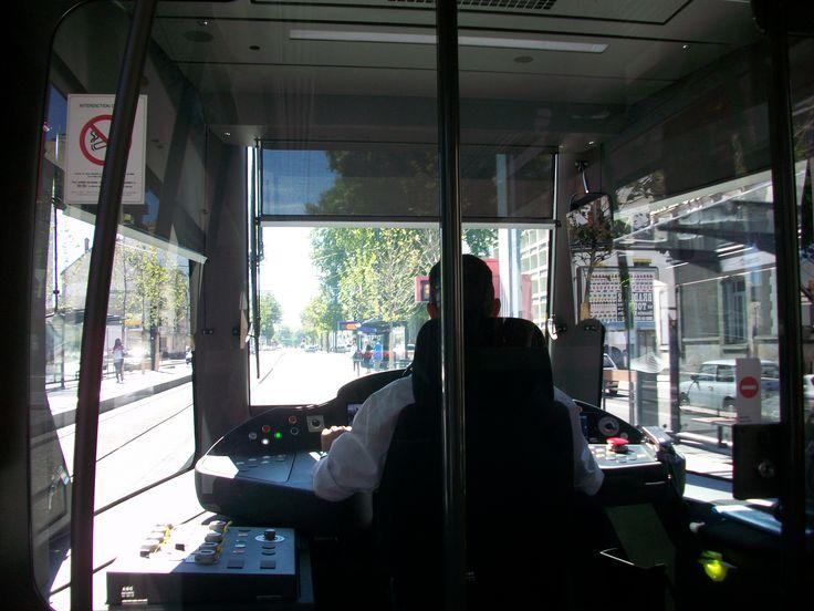 Le conducteur du tram est concentré sur sa conduite.