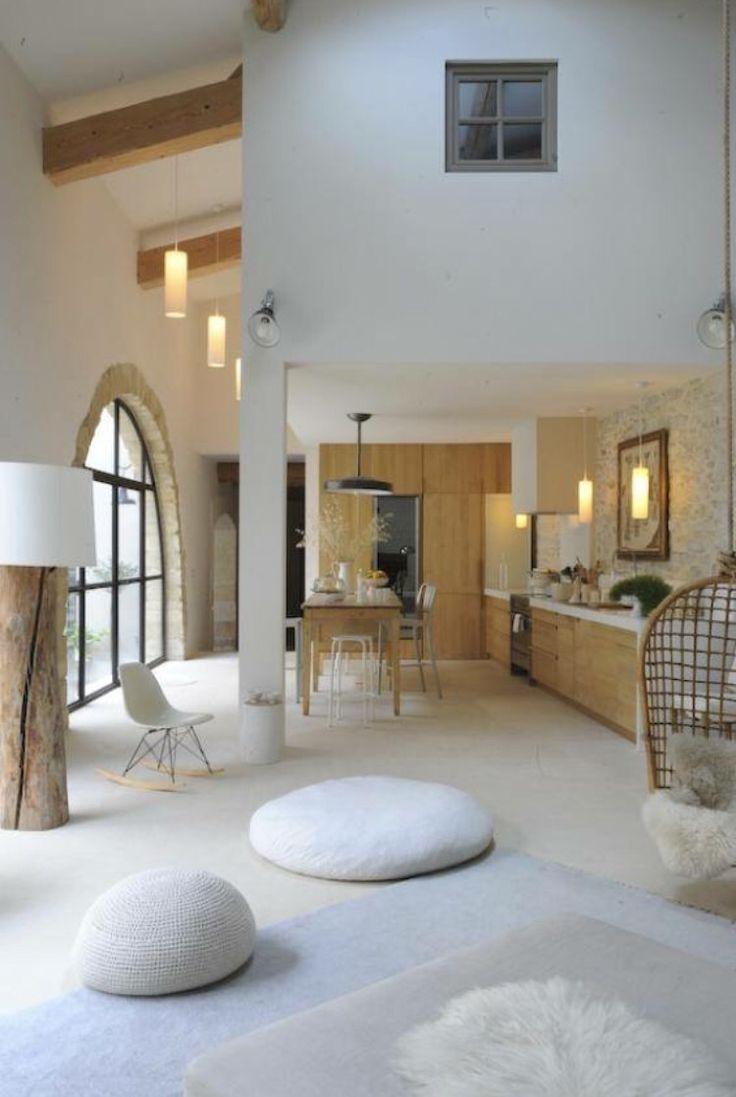 Grange réaménagée. Un intérieur en blanc et bois des plus chaleureux. M&D