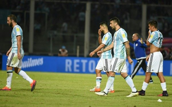 Argentina's players leave the field after the 0-1 Paraguay victory at the end of their Russia 2018 World Cup football qualifier match in Cordoba, Argentina, on October 11, 2016. / AFP / EITAN ABRAMOVICH