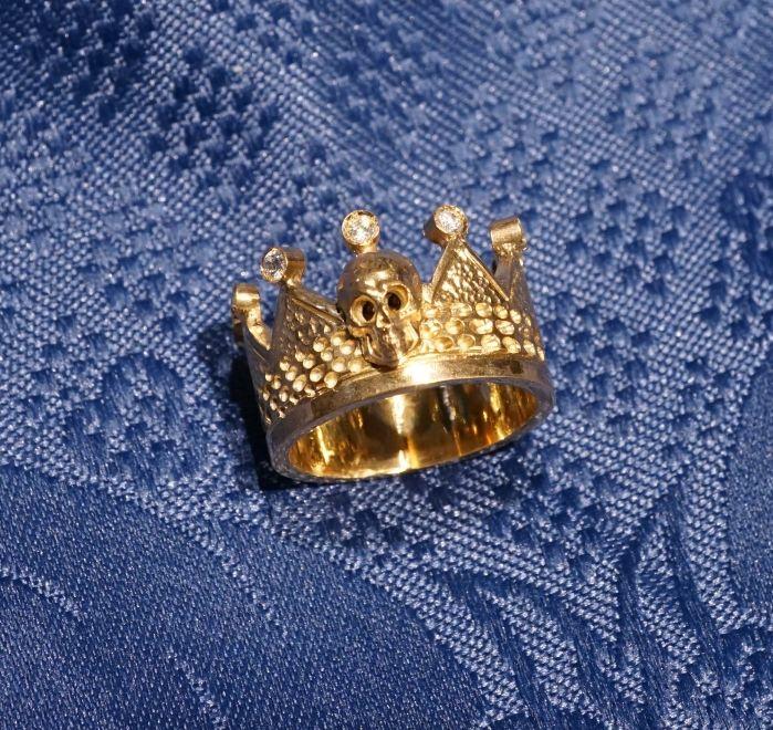 """Anello corona """"Capitis""""  Anello in oro giallo 18 kt con teschio e diamanti, pezzo unico realizzato a mano, disponibile anche in versione argento dorato. Gioielleria Dogale Venezia"""