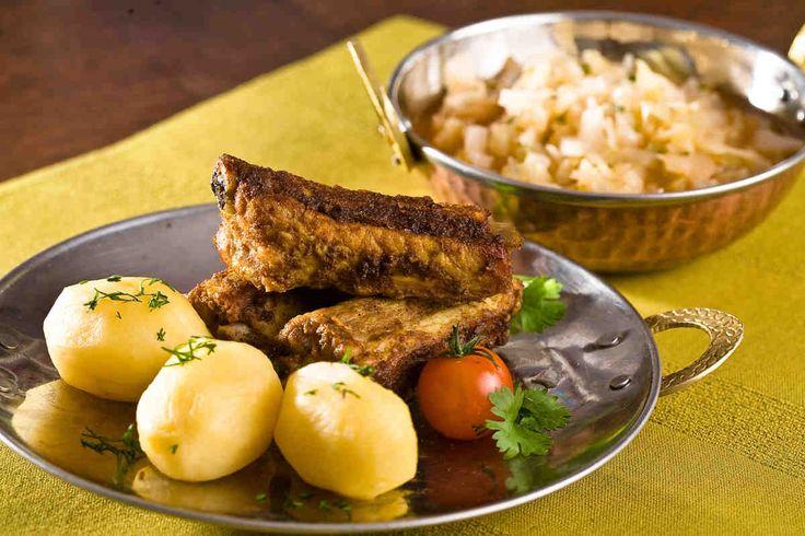 Żeberka z grilla podawane z kapustką zasmażaną i ziemniakami. #żeberka #ziemniaki #kapusta #smacznastrona #grill #grillowanie #tesco #przepisy #przepis