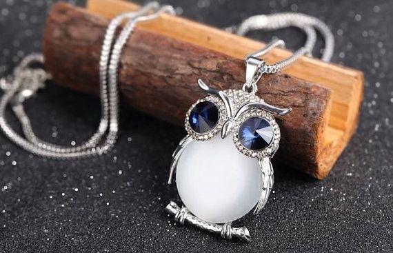 Dies ist eine zarte Halskette, inspiriert von den runden Körper einer Eule. Es gibt zwei Möglichkeiten der Juwelen, die Kristall und Opal ist. Wir haben blau und grau Kristall Halsketten. Für Opal Halskette haben wir nur weiße Farbe Opal. Die Ketten bestehen aus beschichtetem Aluminium. Die Elemente werden mit schönen Verpackung zugestellt. Fühlen Sie sich frei, Fragen zu stellen.  Dimension der Eule: Höhe 5,5 cm, Breite 3,9 cm Dimension der Kette: Länge 81 cm + 6 cm Total  Kostenlose…