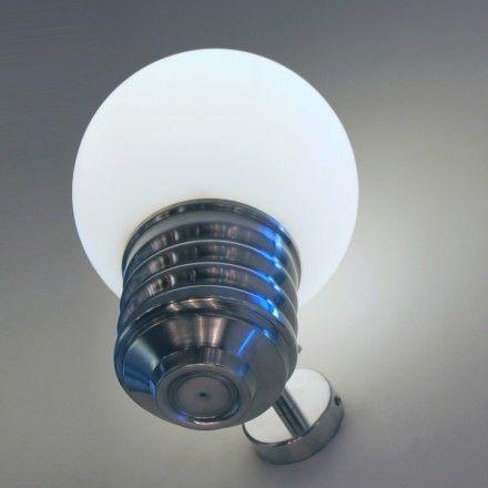 L'applique Basic, en forme de grosse ampoule, peut être installée en intérieur et en extérieur.   Originale et décorative elle est aussi très robuste grâce à son globe en polyéthylène (résistant aux chocs, aux UV et aux intempéries). Economique grâce à sa source fluo-compacte, elle diffuse une lumière efficace sans éblouir.  Le globe se dévisse facilement pour permettre la mise en place de l'ampoule.  Existe aussi en grand modèle.