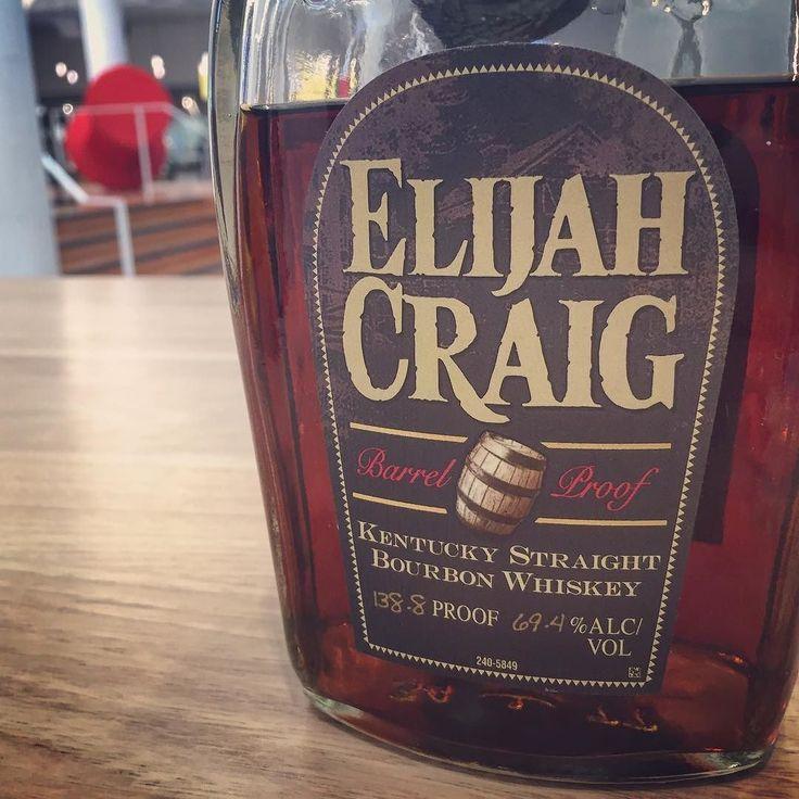 Este bourbon tem nada menos que quase 70% de álcool. Impressionante.