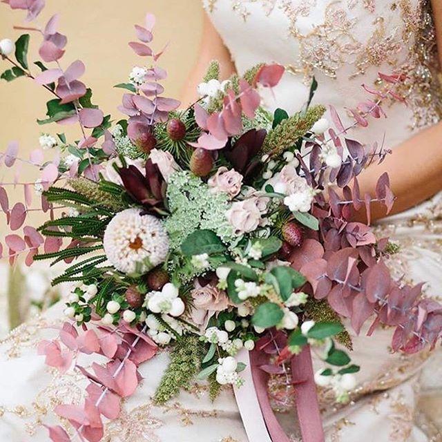 Nell'epoca elisabettiana e vittoriana, la sposa sceglieva il bouquet seguendo il linguaggio dei fiori, per trasmettere un messaggio tramite la simbologia dei fiori scelti. Il tuo bouquet cosa dovrà raccontare?