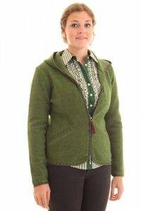Dieser grüne Trachen Walkjanker von Hammerschmid aus der Herbstkollektion von Trachenmoden Riehl ist eine traumhaft schöne Ergänzung zu Dirndl, Lederhose und Jeans. Eine wärmende Trachten Strickjacke aus Wolle für moderne Frauen.