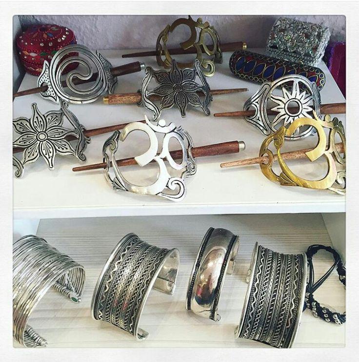 Nos superbes accessoires à cheveux en forme de #fleur #aum et #spirale en métal argenté et laiton  À retrouver sur www.bijouxindiens.net