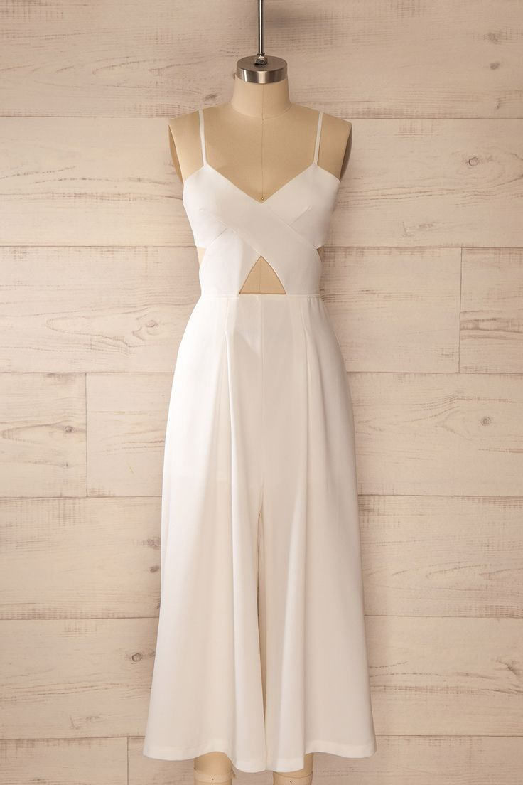 La sauge et le sucre blanc rehausseront les limonades estivales. Sage and white sugar will add a lovely twist to the summery lemonades. White waist cut-out wide leg jumpsuit www.1861.ca