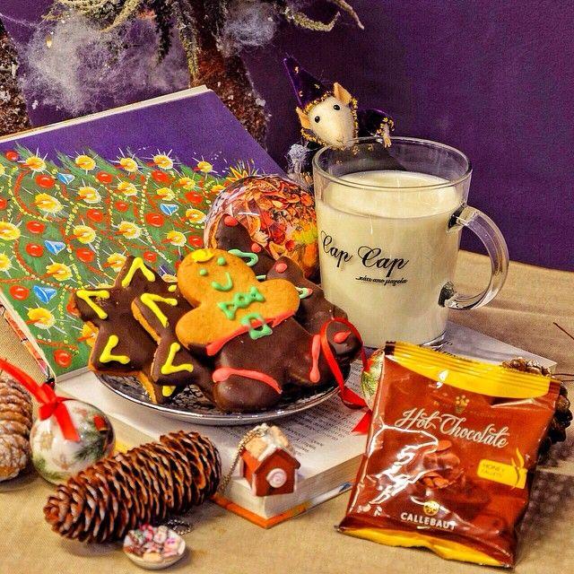 Santa's Treat  Την ημέρα που ο Άγιος Βασίλης μοιράζει τα δώρα σε κάθε σπίτι τον περιμένει ενα ποτήρι γάλα και μπισκότα που του εχει αφήσει για να τον ευχαριστήσει το παιδι που του έγραψε το γράμμα.  Σερβίρεται ζεστό μαζί με κομμάτια σοκολάτας και σπιτικά μπισκότα!