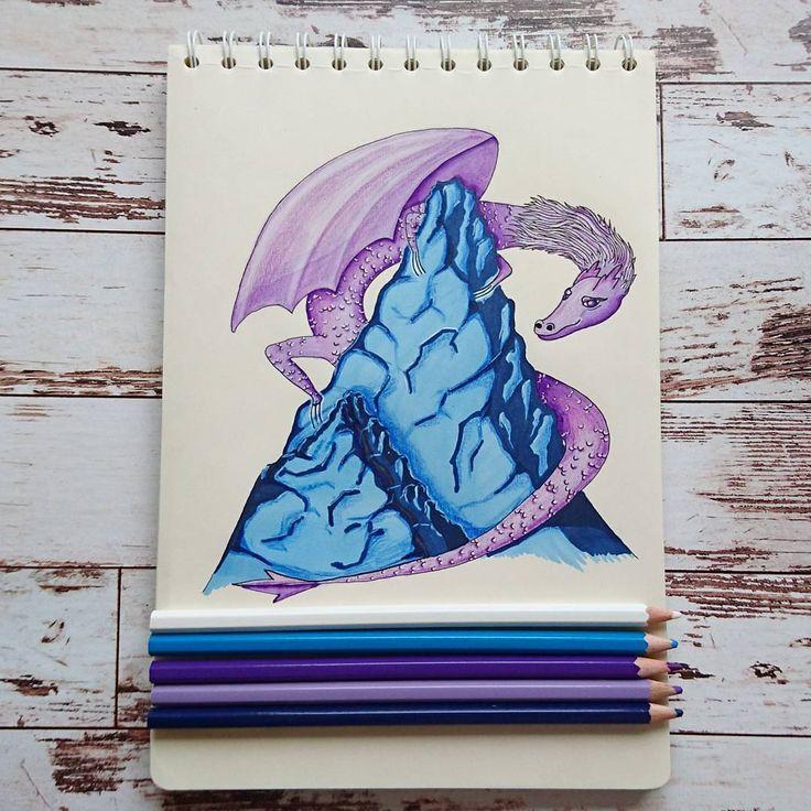 4/7 Хозяин гор    Рисую большей частью маркерами, карандашами только дорабатываю детали в самом конце. Зато карандаши фотогеничнее ☺ так что не верьте всему, что видите.   #alexandradikaia_mmdc #dailyart #markersketch #illustration #dragon #sketch #sketchbook #challenge #рисунок #скетч #скетчбук #дракон