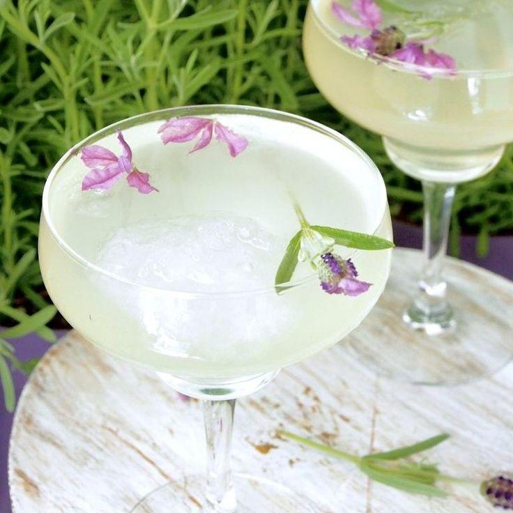 Ihana sitruuna-laventelilimonadi sopii kesän ja juhannuksen juomaksi 🥂 Helppo resepti blogissa. #helppo #itsetehty #kesä #juhannus #juoma #limonadi #sitruuna #laventeli #moctail #peggynpienipunainenkeittio #ruokablogi #ruokakuva #ruokakuvaus #inmykitchen #homemade #homemadelemonade #summer #summerday #feedyoursoul #lemonade #lemon #lavender #herbs #lavenderlemonade #drinks #drinkstagram # #foodphotography #feedfeed #f52grams #partytime