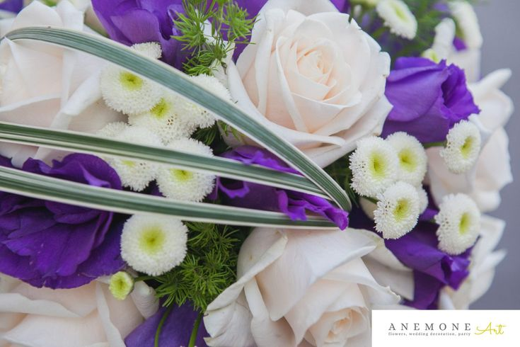 detaliu buchet de mireasa in forma de glob. Contrast puternic de mov roial si ivory intro forma moderna, simplu si elegant. Trandafirul clasic vendela, lisiantus mov si orhidea vanda royal blue sunt elementele principale a buchetului.