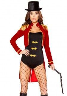 Een gaaf vierdelig circus kostuum, geschikt als circus directeur maar ook als leeuwen temmer, etc. Het circus kostuum bestaat uit de harde zwarte hoed, de rode circus jas, de zwarte elastische romper met gele knoop details en de leer look zweep. Dit complete circus kostuum is een productie van Roma Costume.   Set bestaat uit: - Circus Hoed - Circus Jas - Romper - Zweep