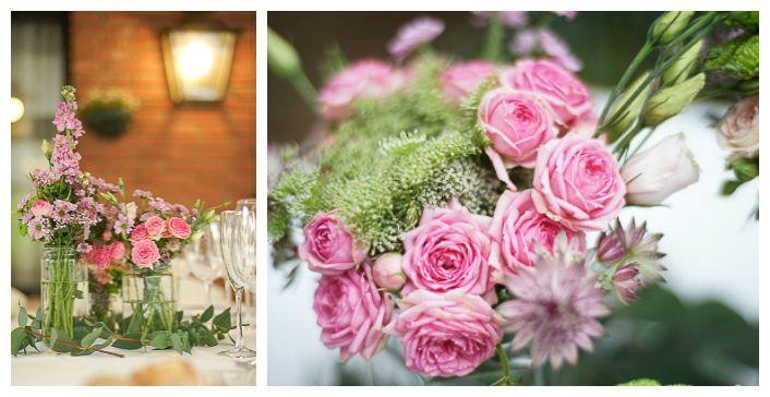 Centros de mesa rosa spray, ammi majus, alhelí. Flower arrangement.